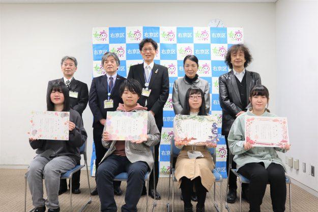 本学学生がデザインした「右京区オリジナル婚姻届特別受理証明書」の感謝状贈呈式が行われました。0