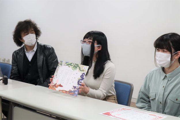 本学学生がデザインした「右京区オリジナル婚姻届特別受理証明書」の感謝状贈呈式が行われました。2