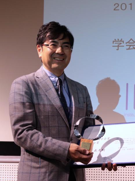 大森正夫教授が、2016年度環境芸術学会で「環境芸術学会賞」を受賞しました。0