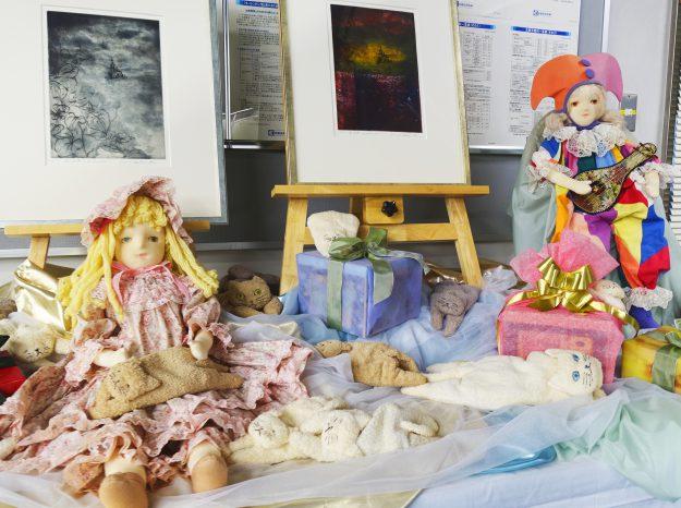 11/20~12/27卒業生釜我千賀子さんが、京都信用金庫円町支店でロビー展「銅版画と人形展 ~冬夢・遠い記憶~」を開催中です。0
