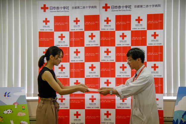 専攻科在学生、修了生が京都第二赤十字病院小児病棟に壁面絵画を寄贈しました1