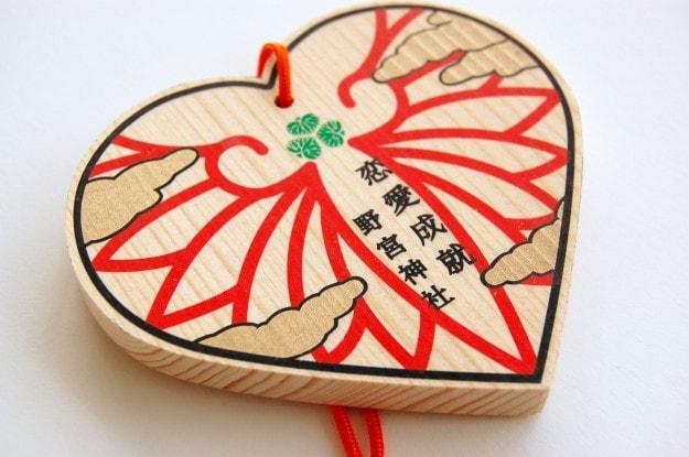良縁の神様、嵯峨野の野宮神社で本学学生デザインの「恋の絵馬」が好評発売中です。0
