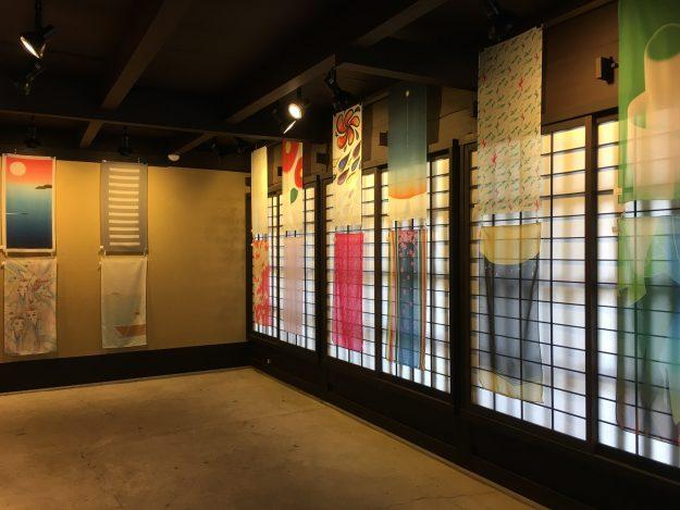 1/30まで開催中の「百人一首GRAPHIC展」で、在学生片桐沙耶香さん、乾志帆さん、安永佳乃子さんが入賞しました。0