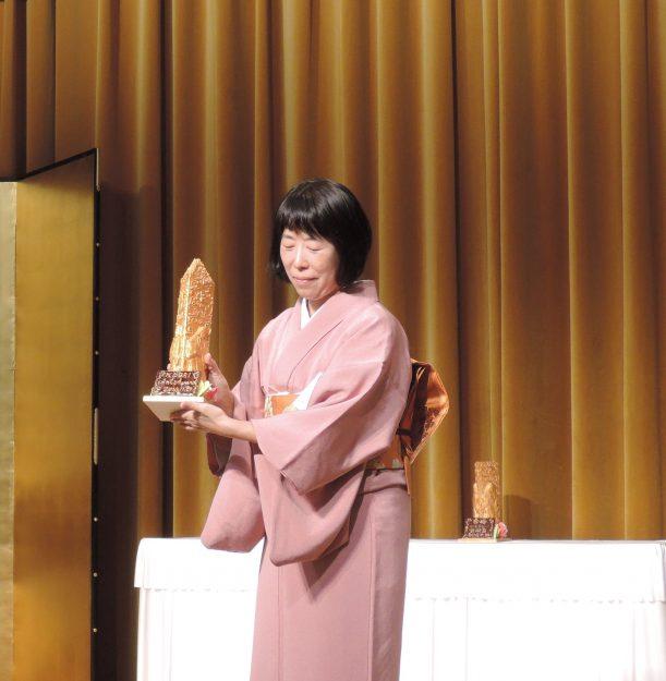 卒業生比佐水音さんが、熊本ゆかりの女性芸術家を顕彰する第10回「香梅アートアワード」に選ばれ、2018年11月29日に受賞式が行われました。0